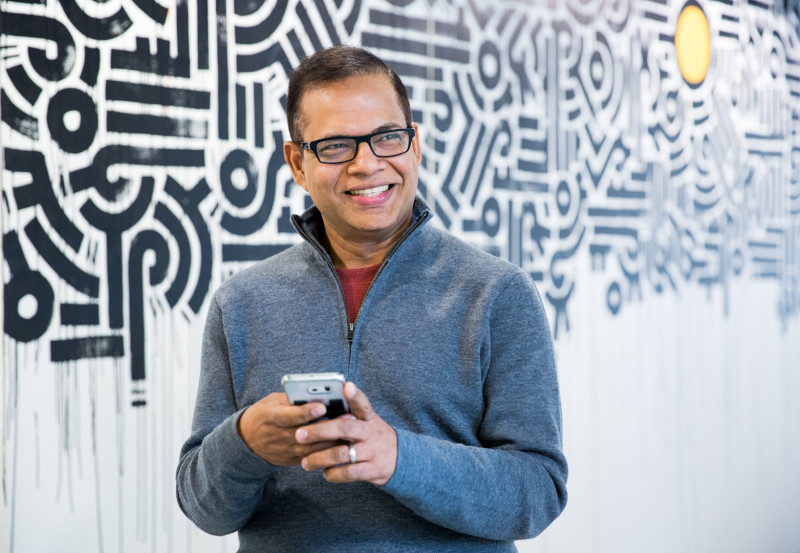 Amit_Singhal_phone_low_res-800x553